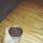 これは猫様の勝ち!隠れて出てこない猫を缶詰でおびき出そうとしたら…