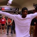 地下鉄で歌う男性。通りすがりのダンサーとの美しいコラボに静まり返る構内
