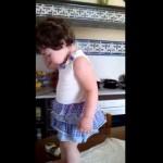 ママに叱られちゃった女の子、泣き出した瞬間カメラに気づくと…(笑)