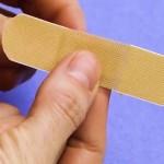 指の処置はこれで万全♪普通の絆創膏をたったひと手間で指にフィットさせる裏技