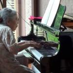 滑らかで美しい音色…85歳のおばあさんが老人ホームで披露したピアノ演奏に感動!
