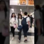 【注意喚起】新宿駅でわざと女性だけにタックルをする男が撮影され、話題に