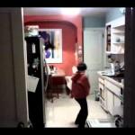 皿洗いをしている息子を隠し撮りしていたら、マイケル・ジャクソンになってたw